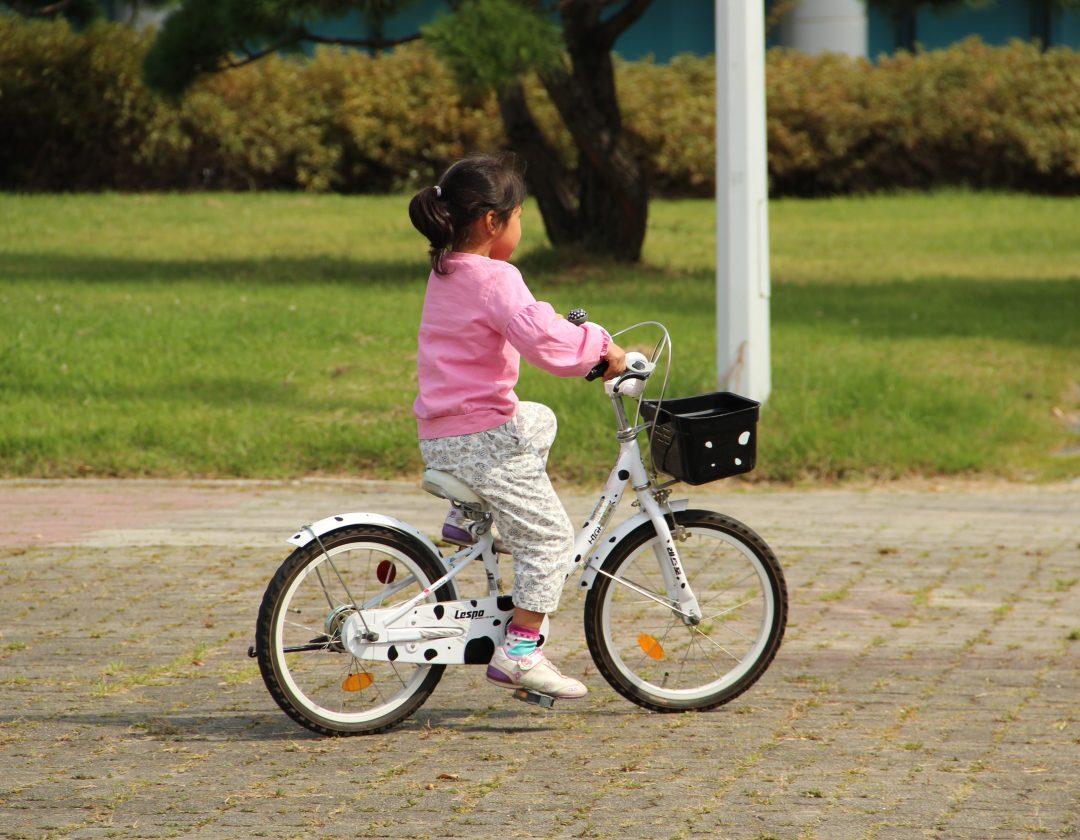 Het uitkiezen van een meisjesfiets van 16 inch
